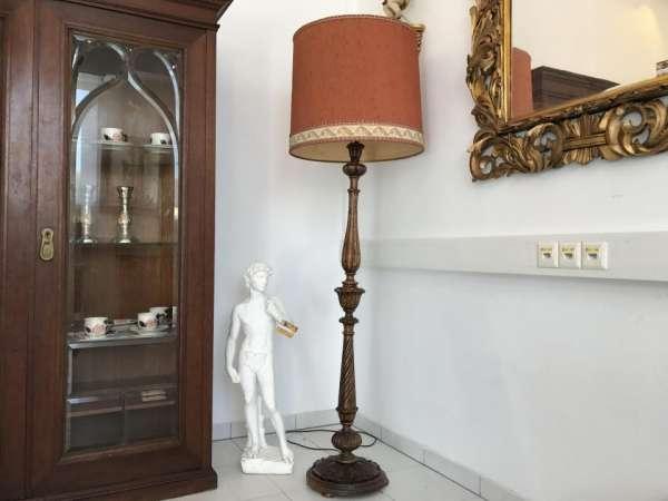 Stehlampe Antikstil Holz reich beschnitzt Klassizismus W1868