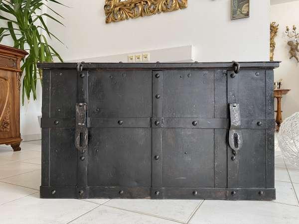 Seltener antiker Tresor Kriegskasse Eisentruhe genietet antique safe E1599